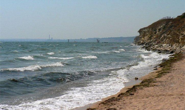 Когда-то переполненные пляжи Керчи превратились в свалку - фото 1