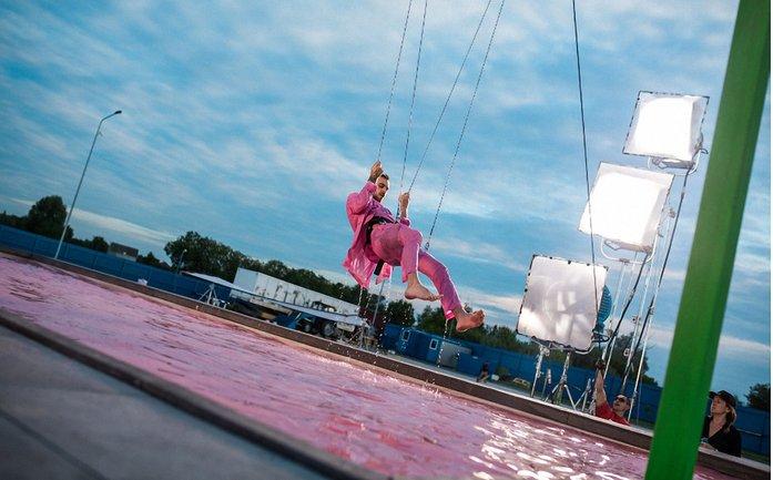"""Макс Барских в клипе """"Моя любовь"""" летал над бассейном и делал трюки - фото 1"""