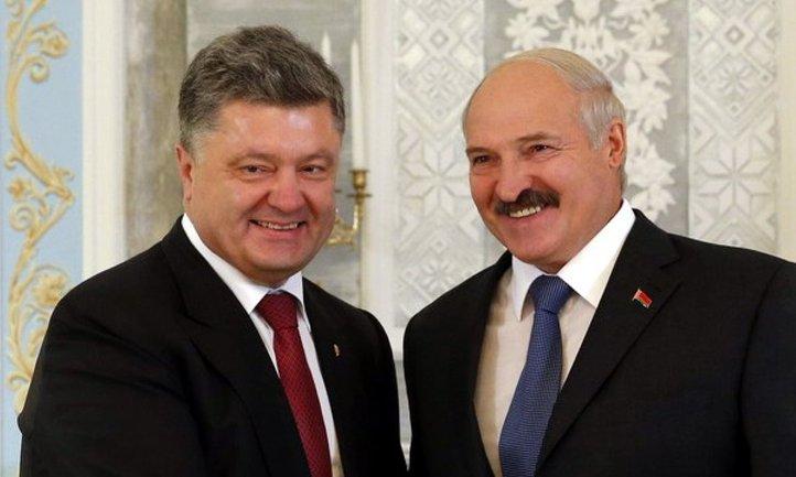 Во время встречи Лукашенко и Порошенко президентов удивила голая активистка - фото 1