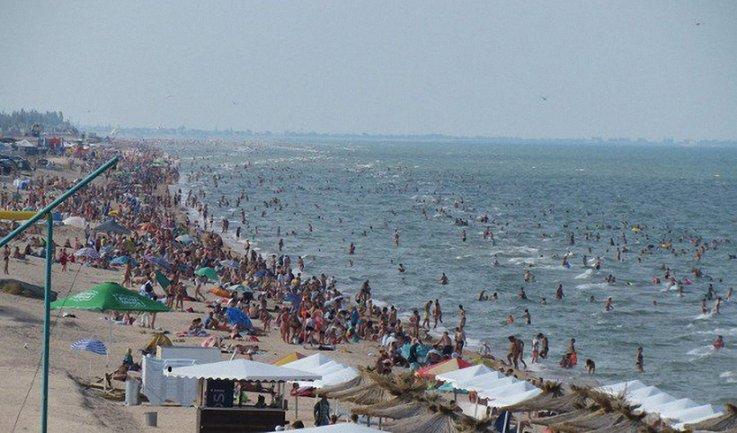 Переполненные пляжи в Херсонской области сравнили с пустыми курортами Крыма - фото 1
