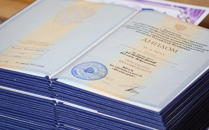В Донецке шутят, что с таким дипломом не берут даже в боевики - фото 1