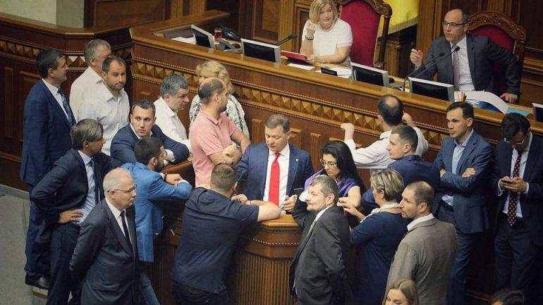 Депутаты блокируют трибуну - фото 1