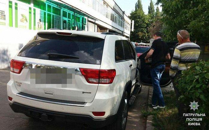 Злоумышленники устроили стрельбу из автомобильного люка Jeep Grand Cherokee - фото 1