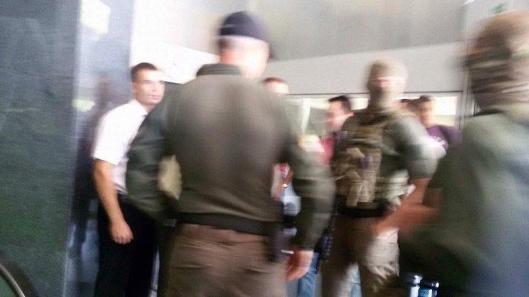 Детективы НАБУ проводят обыски в главном офисе ПриватБанка - фото 1