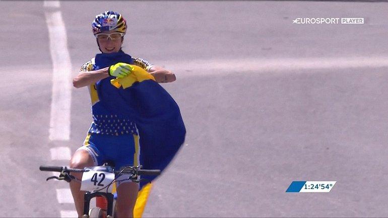 Юной горной велосипедистке вручили флаг Украины - фото 1