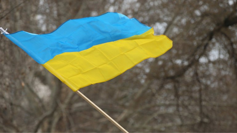 Подростки сожгли флаг Украины  - фото 1