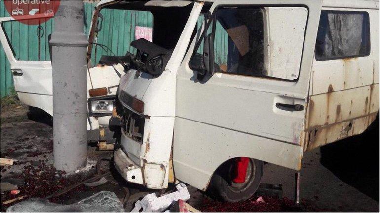 На Подоле в Киеве микроавтобус врезался в столб, есть погибшие - фото 1