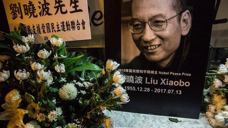 Лю Сяобо умер в тюремной больнице, куда был переведен после восьми лет тюрьмы - фото 1