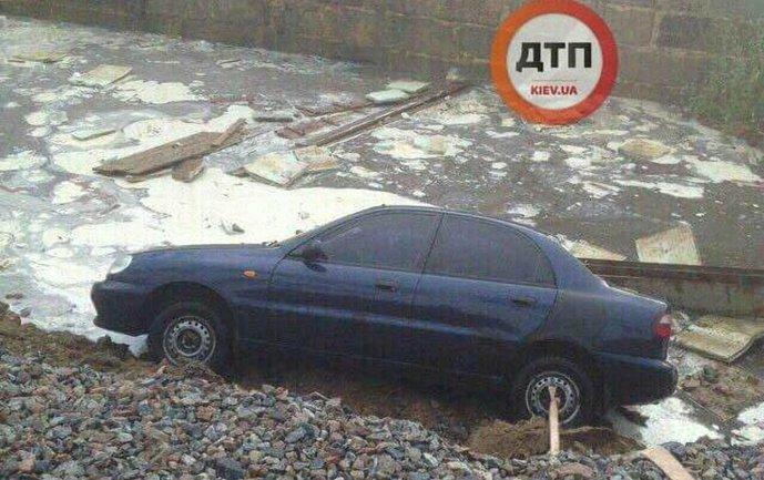 Машины ушли под землю  - фото 1