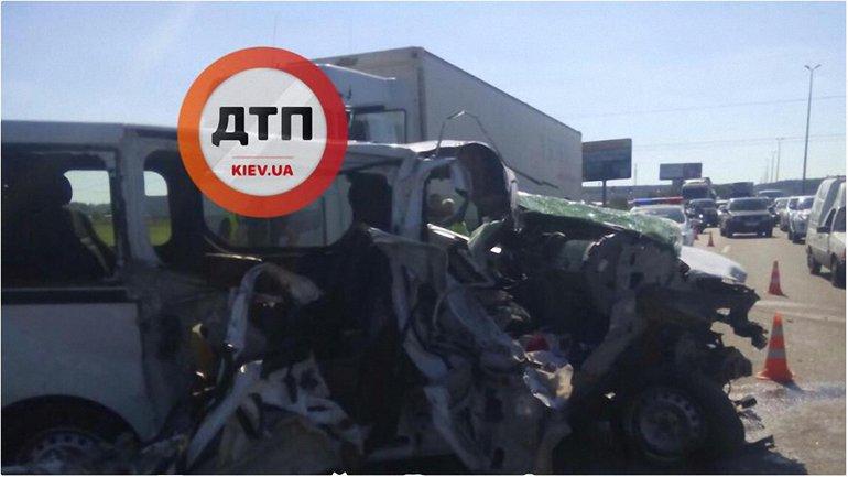 Микроавтобус влетел в фуру под Киевом - фото 1