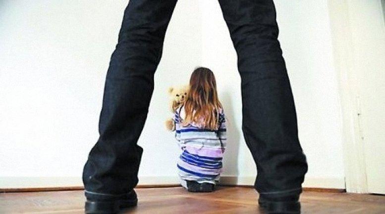 Политик совершал непозволительные вещи с детьми - фото 1