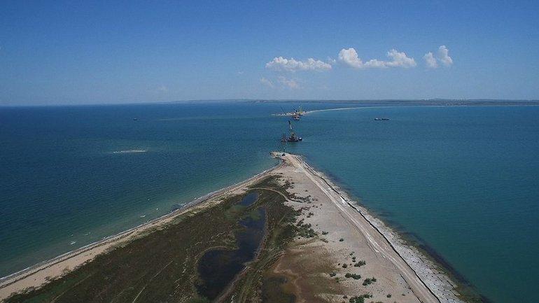 Россияне перекрывают движение судов в Керченском проливе для строительства моста - фото 1