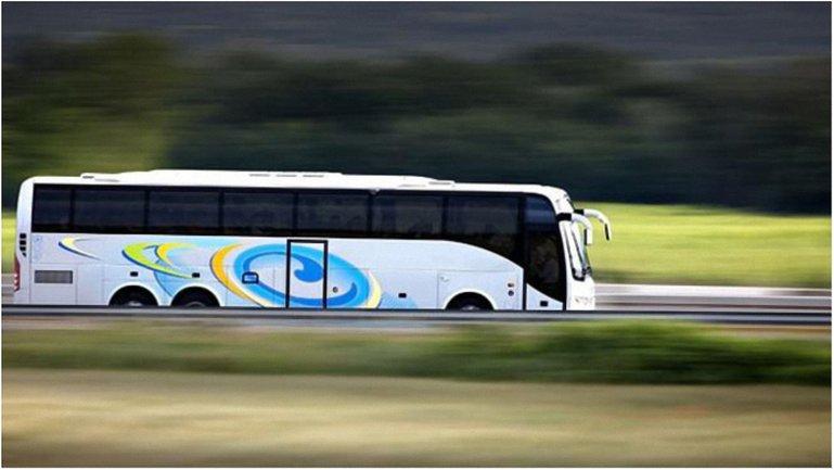 Водитель туристического автобуса уехал, оставив пассажиров на трассе - фото 1