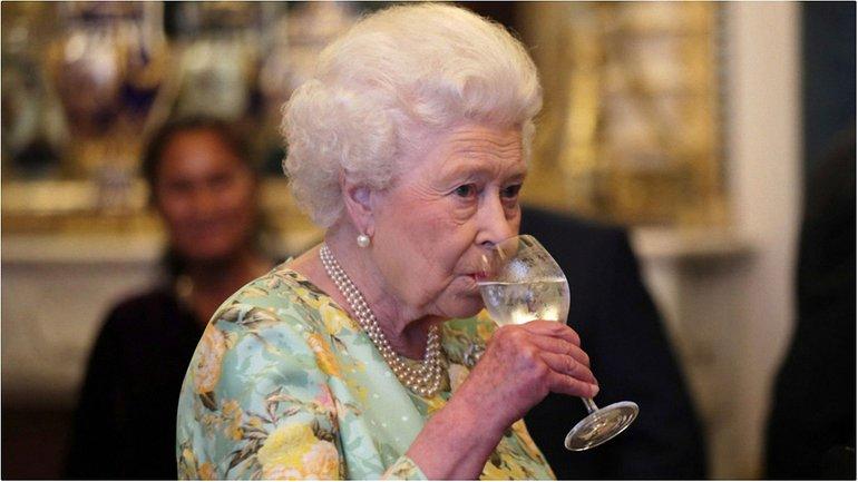 Королева Великобритании пьет - фото 1