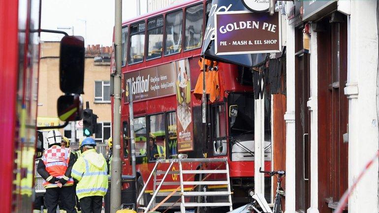 В Лондоне двухэтажный автобус с пассажирами врезался в магазин - фото 1