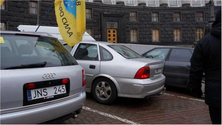 """Опрос: Что делать с авто на """"литовских"""" номерах? - фото 1"""