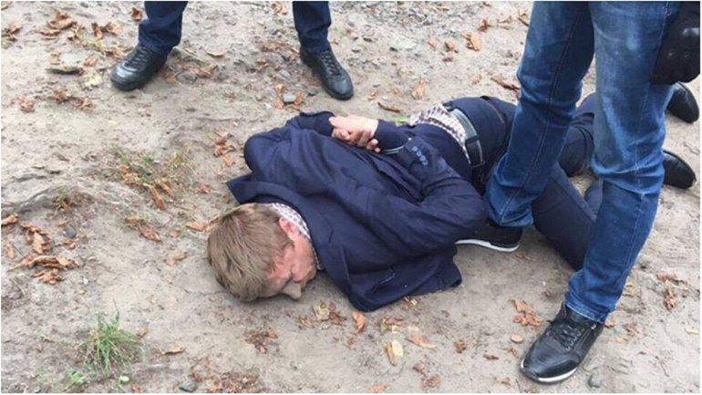 Чиновника задержали при получении 15 тысячи - фото 1