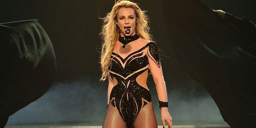Фанат Бритни Спирс попытался к ней прорваться и затеял драку с танцорами на сцене - фото 1