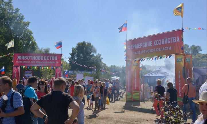 На Свенской ярмарке в Брянске люди дрались за бесплтаную картошку - фото 1