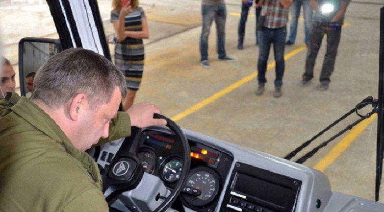 Александр Захарченко первым сел за руль автобуса - фото 1