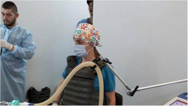 Хирурги вели операцию в бронежилетах - фото 1