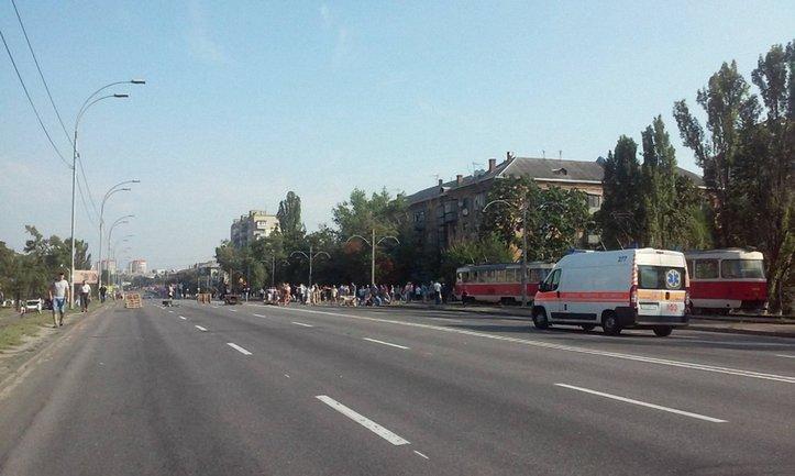 """Протестующие пропускают только """"скорые"""" и авто спасателей - фото 1"""