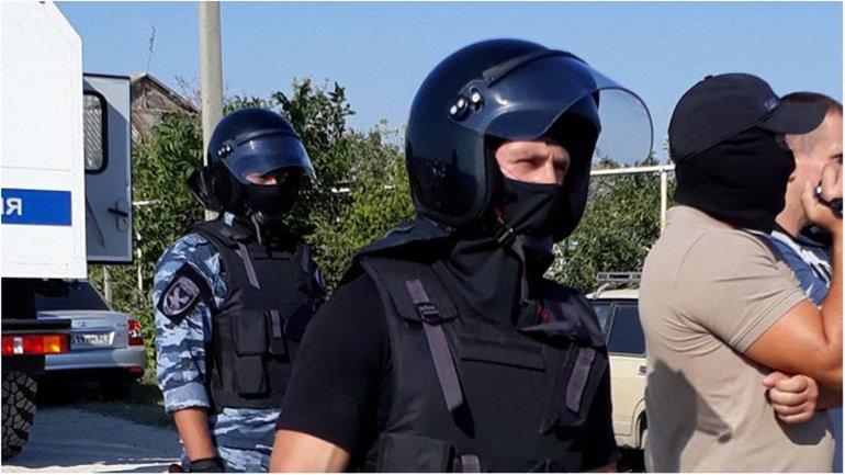 Российские оккупанты в Крыму обыскивают мусульман  - фото 1