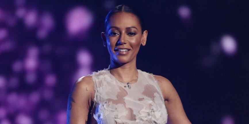Экс-солистка Spice Girls Мел Би порвала платье на сцене в порыве ярости - фото 1