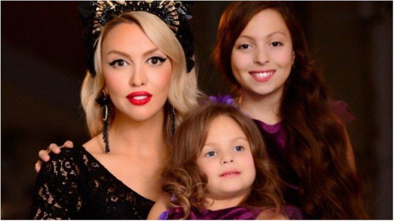 Полякова с дочками - фото 1