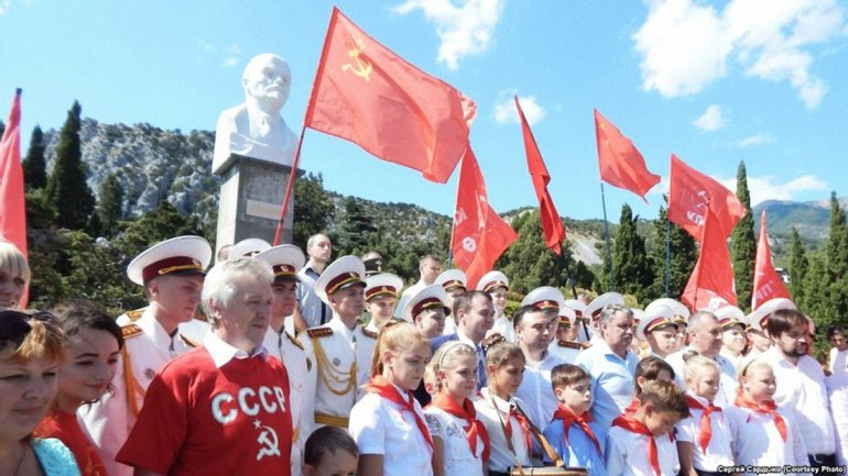В Крыму приняли школьнов в пионеры - фото 1