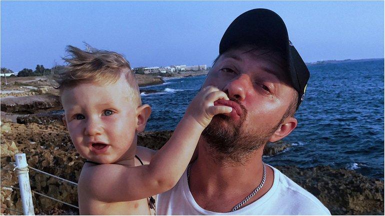 Александр Бережок с сыном Глебом на Кипре - фото 1