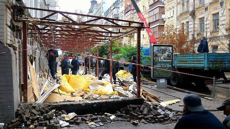 Коммунальщики снесли летнюю площадку - фото 1