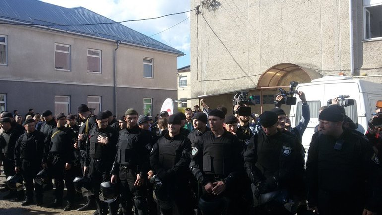 Нацполиция установила кордон перед судом, пока там был Саакашвили - фото 1
