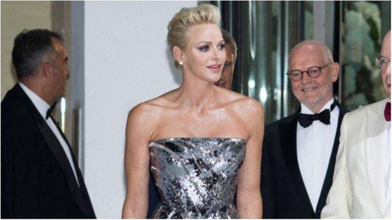 Княгиня Монако появилась в провокационном платье на показе Versace - фото 1