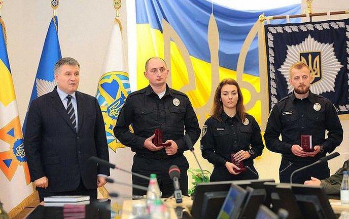 Патрульный Гончарук (второй слева) добился справедливости в суде - фото 1