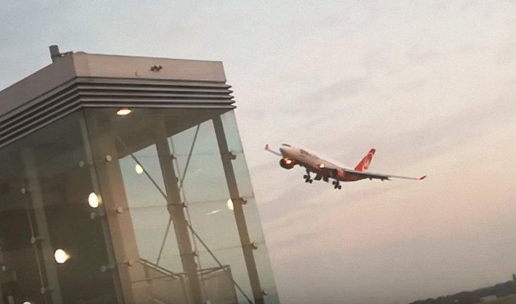 """Пилот компании Air Berlin устроил """"круг почета"""" в аэропорту Дюссельдорфа - фото 1"""