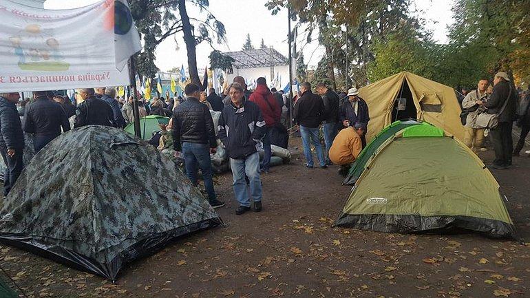 Под Верховной Радой активисты потолкались с полицейскими - фото 1