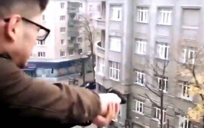 В центре Харькова парень открыл стрельбу с балкона - фото 1