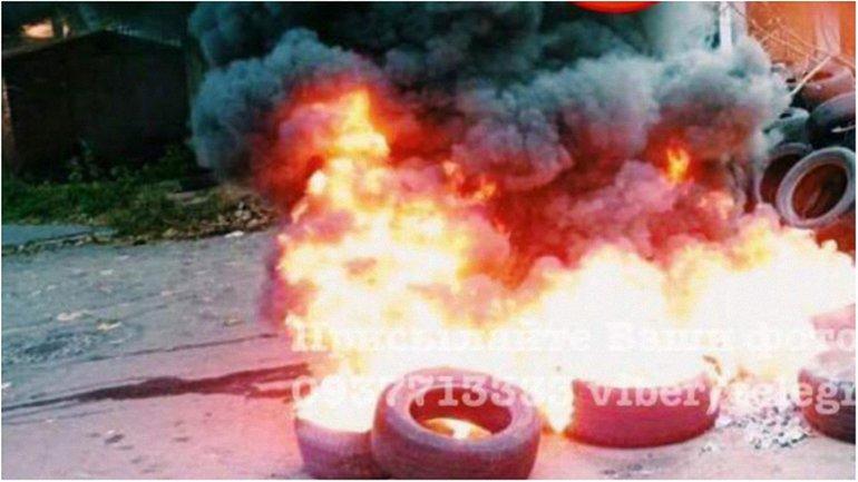 Киевляне зажгли шины на Татарке - фото 1