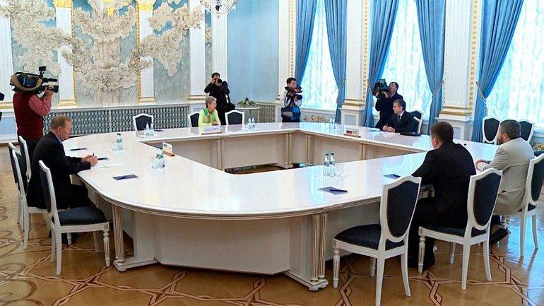 Трехсторонняя контактная группа продолжает свою работу по переговорам с террористами - фото 1