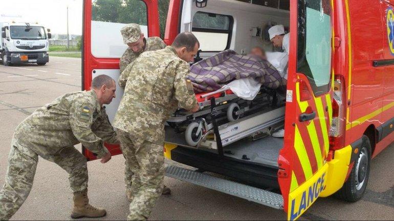 Бойцов ГПСУ, пострадавших в ДТП, эвакуировали в Киев - фото 1