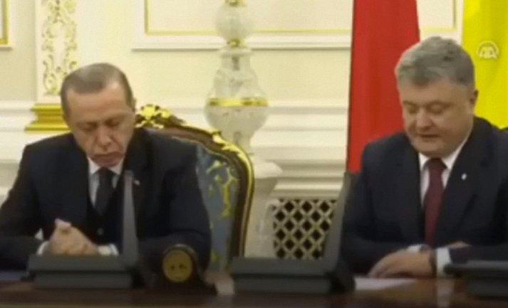 Реджеп Эрдоган заснул на пресс-конференции в Киеве - фото 1