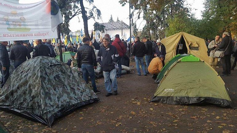 Активисты установили под Радой палатки - фото 1