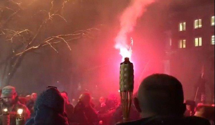 Протестующие подрались с полицией у здания МВД - фото 1