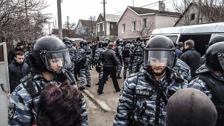 Российские боевики снова пришли с обысками к крымским татарам - фото 1