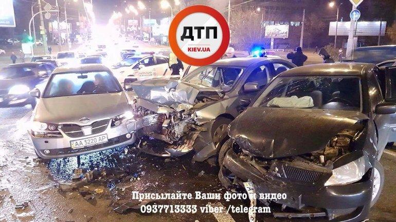 Водитель Mitsubishi спровоцировал масштабное ДТП в центре Киева - фото 1