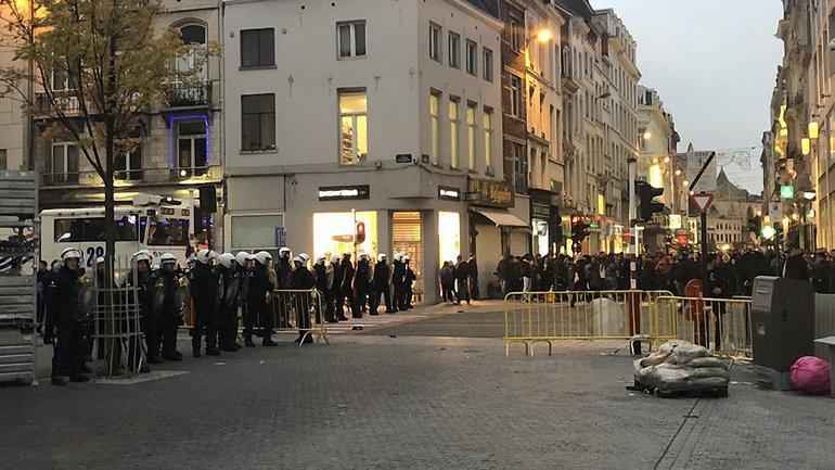 Разгневанная толпа разгромила центр Брюсселя - фото 1