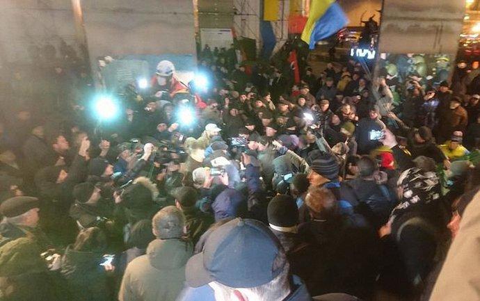 На Майдане произошла потасовка 21 ноября - фото 1