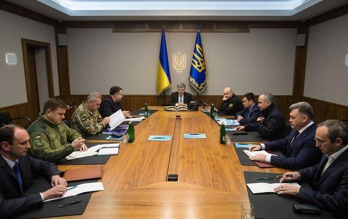 Порошенко созвал заседания из-за Луганска  - фото 1