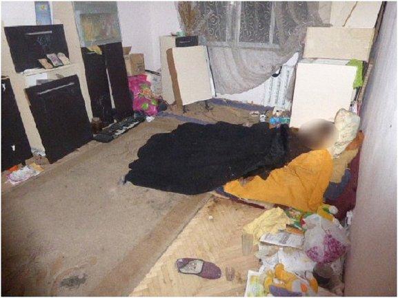 В одной квартире с трупом жила и маленькая девочка - фото 1